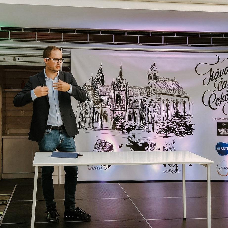 Michal Repík prednasa o Slowliving - Slowlandia na festivale Kava Caj Cokolada Kosice 2020